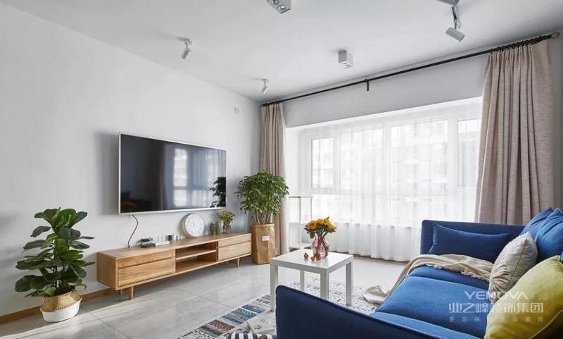 ▲客厅整体现代简洁的空间,白蜡木色的电视柜上面与侧边都布置了清新精致的绿植,搭配出一个清新文艺的舒适气质。