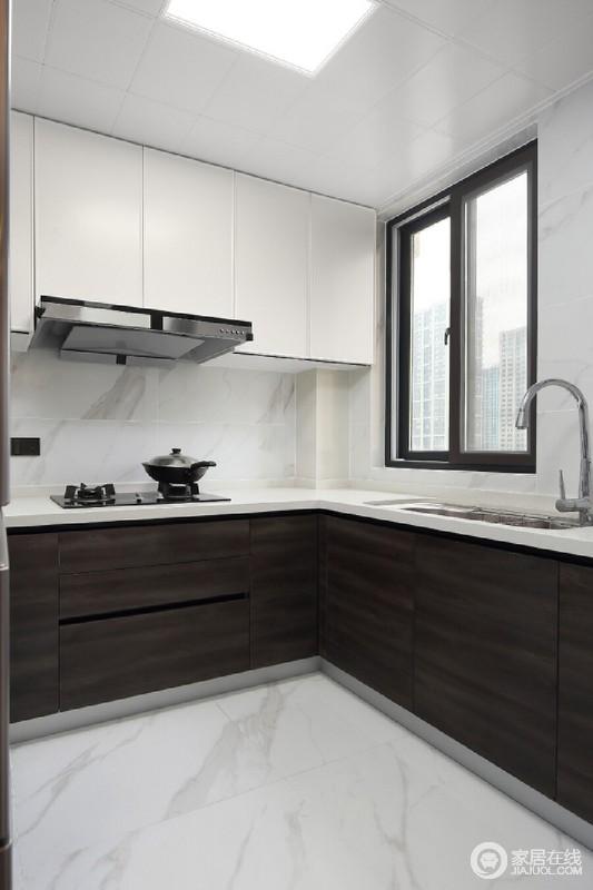 黑色的木纹地柜与哑光白色的吊柜在色彩与材质上都形成鲜明的对比,而隐藏式拉手更整个厨房体现的简洁流畅。