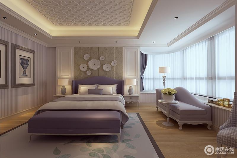 卧室有着超大飘窗,带来通透质感,紫白条纹装饰的墙面迷人高雅;包裹式床头的双人床,和柔软舒适的贵妃沙发,也以魅力紫色呼应墙面;床头则用白色护墙板装饰姜黄软包,饰以莲花配饰,与地毯上的花枝,释放出自然柔美。