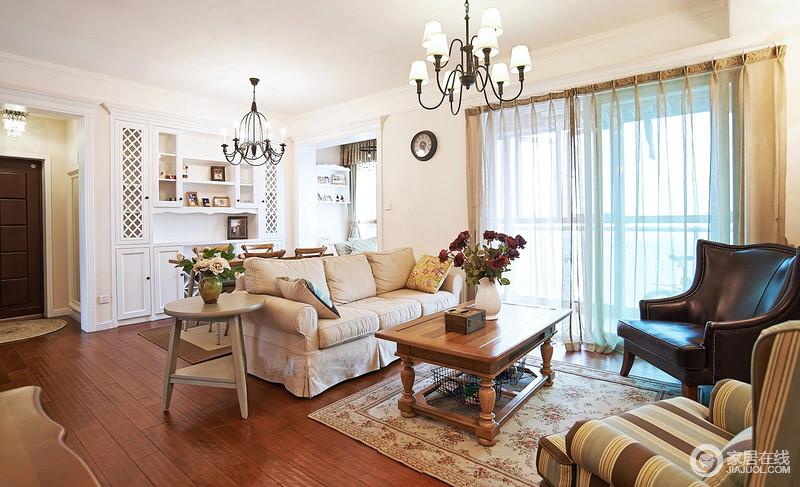 客厅作为待客区域,一般要求简洁明快,同时装修较其它空间要更明快光鲜,通常使用大量的石材和木饰面装饰