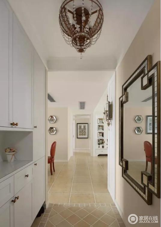 整个空间开放式的格局更具视野感,不管是客餐厅分区的走廊,还是动线,都给人一种利落感;米色漆粉刷的墙面素静柔和,而白色玄关柜和镜子,让空间实用之外,延伸出实用和美式情调。