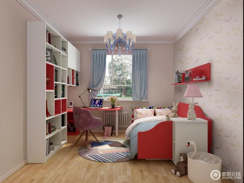 儿童房以头粉色植物元素的壁纸搭配驼色漆的墙面,让整个空间的墙面具有一种美学色彩,蓝色窗帘填补,也带来一丝清爽;定制得一体式书桌柜具有强大地收纳功能,让学习更为便捷,红色木床、悬挂架搭配白色床头柜给予孩子一种生活的舒适之外,极具热情与能量,再加上酒红色单椅和彩色拼接圆毯,搭配各式玩偶,童趣无限。