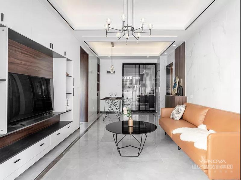 客厅电视墙是一个定制柜+展示柜组合的设计,整体空间显得实用而又时尚简洁。