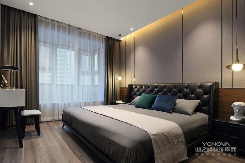 灰色格调的卧室摒弃了这个喧嚣时代亮丽的视觉冲击,以独有的内涵和软,让生活更为素静。