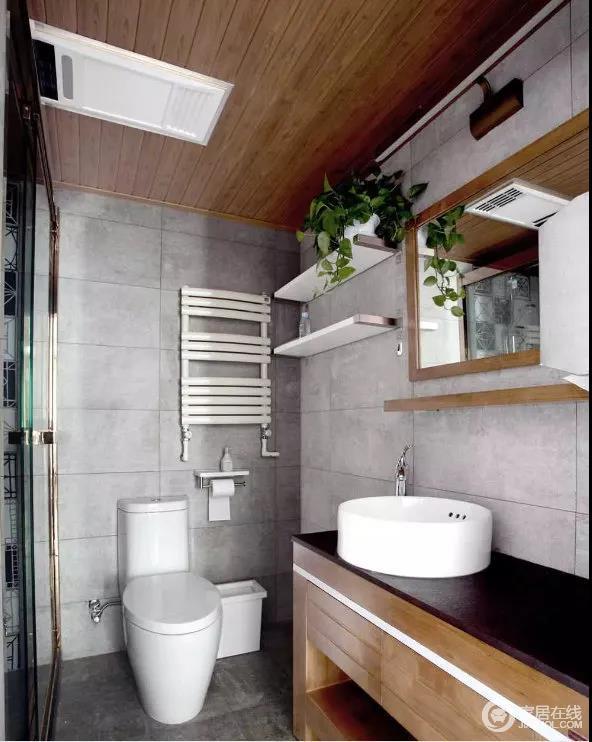 """卫生间摒弃即往的白亮系墙地砖,跟集成吊顶的装饰,用做旧的水泥板手工砖,桑拿板以及洗手柜等木质元素的运用,正好迎合""""家""""是一个回归,与自然的概念。"""