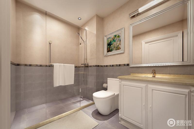 卫生间的墙面铺贴了米色和灰蓝色瓷砖,并以拼接的方式,变幻出立面的色彩层次,演绎美学;布局有序的规划和功能设计,给予主人一个够干净、利落的空间。