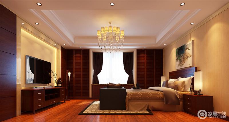 空间结构规整,以大量的原木装饰空间,从原木地板到飘窗处的收纳柜,无不体现实用哲学;设计师将背景墙设计为米色,形成色彩感的同时增加空间的温馨,回字纹地毯与新中式家具无一点缀出神韵。