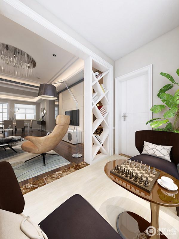 阳台与客厅通过菱形隔断作区分,而书架隔断的几何设计让空间简单个性,并实现了收纳;米色地毯与整个空间氛围相和,而实木茶几和黑色沙发,让生活十分休闲惬意。