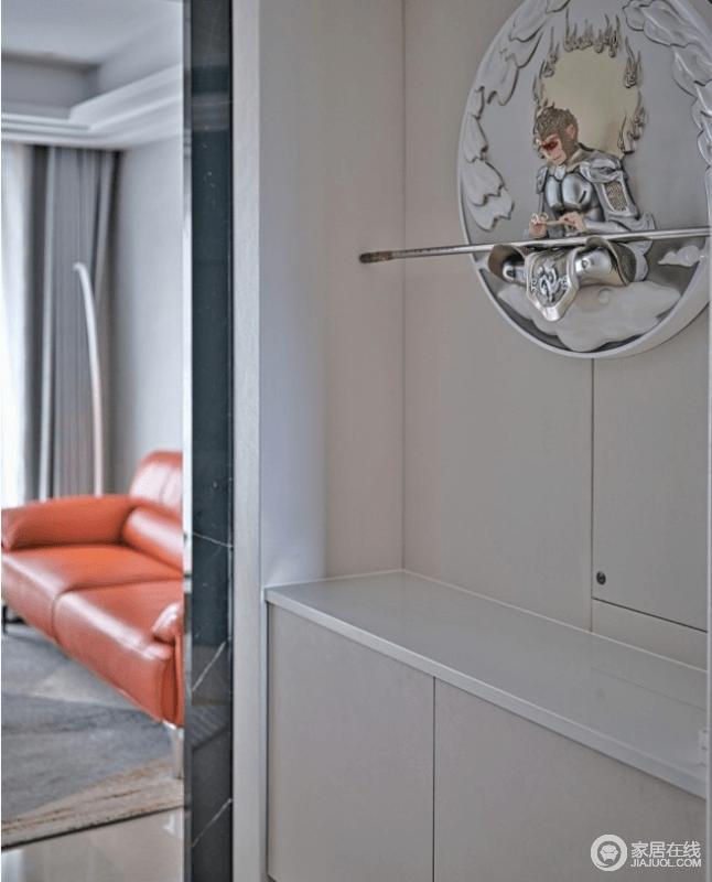 空间整体选用低调沉稳的灰色,进门玄关开始铺成,别看玄关柜设计简约,作为进门与各个空间过渡地带,下方地柜与台面上非常方便随手放置一些物品。