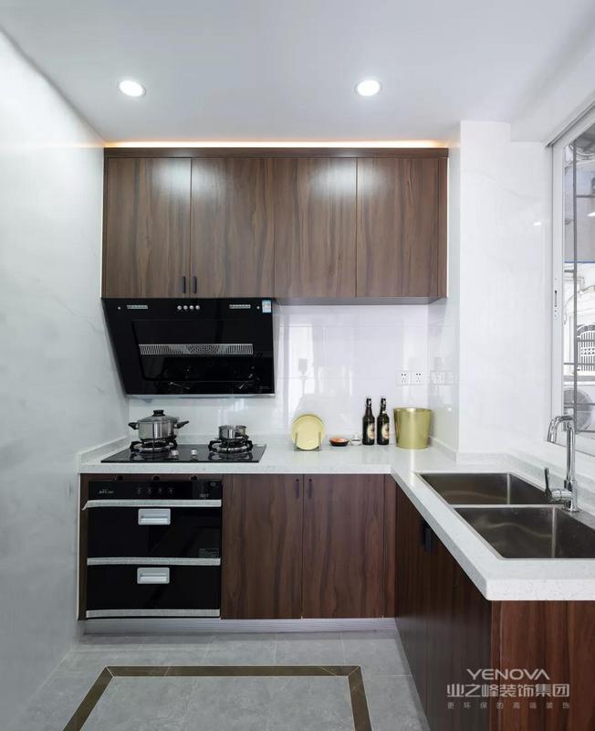 厨房以黑胡桃色为定制橱柜,L形的厨房操作台,虽然不大,却也满足了小家庭的日常烹饪功能需求。