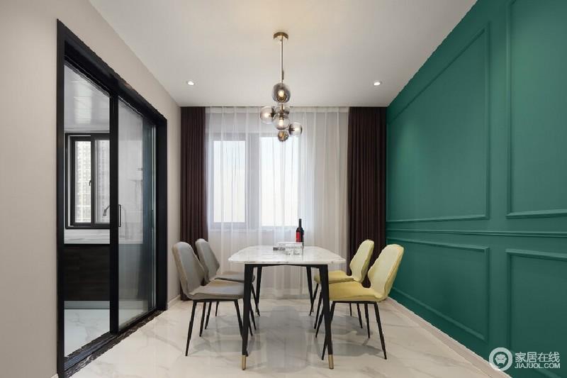 餐厅的区域的背景延用了与沙发背景相同的PU线条并加以绿色来修饰墙面,这样与客厅空间的风格既保持了延续又形成了对比的视觉感。