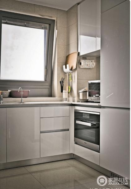 U型厨房,选用白色烤漆橱柜,光亮洁净,结构设计上也完全遵循业主需求,让下厨成为一件享受的事情。