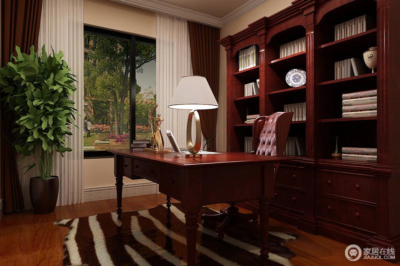 书房结构上比较规整,以白色石膏踢脚线做了工艺上的强化,而褐色实木书柜与书桌的色彩与造型的复古,彰显欧式风尚,条纹地毯搭配白色纱幔带来飘逸,也调和出了柔和。