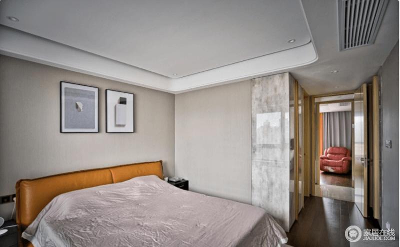 主卧灰色空间,放置一张舒适大床,少不了的橙色出现在床头背板装饰出时尚感,而简画的点缀,增加了空间的文艺气息。