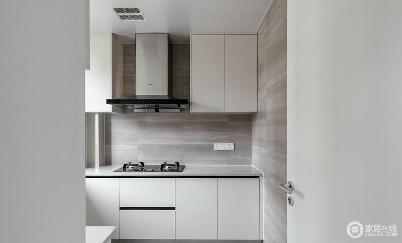 跨入厨房,单纯的黑白灰,配上隐藏的拉手,打造了一个够北欧、够实用的橱柜,灰色砖的肌理成为一种装饰,让厨房保持洁净、实用。