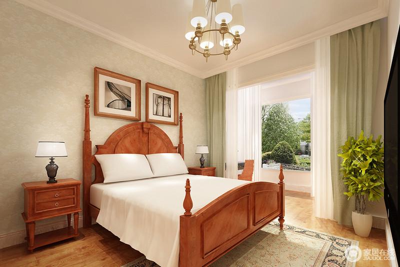 空间以豆青色壁纸来铺贴墙面,与白色的吊顶、原木地板形成面状感的效果,足够简洁,也充满色彩的和谐;豆青色窗帘的清新与原木欧式圆柱床和床头柜,平衡出空间的温馨和暖。