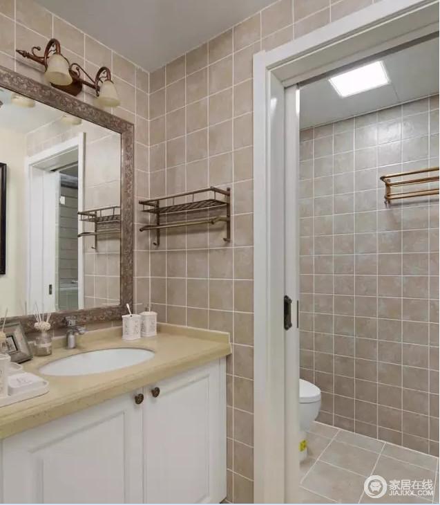 卫生间功能分区明显,米灰色小方砖凸显出几何之雅,朴实之中带着大气;从实用出发,白色盥洗台、金属毛巾架足以满足生活所要的舒适。