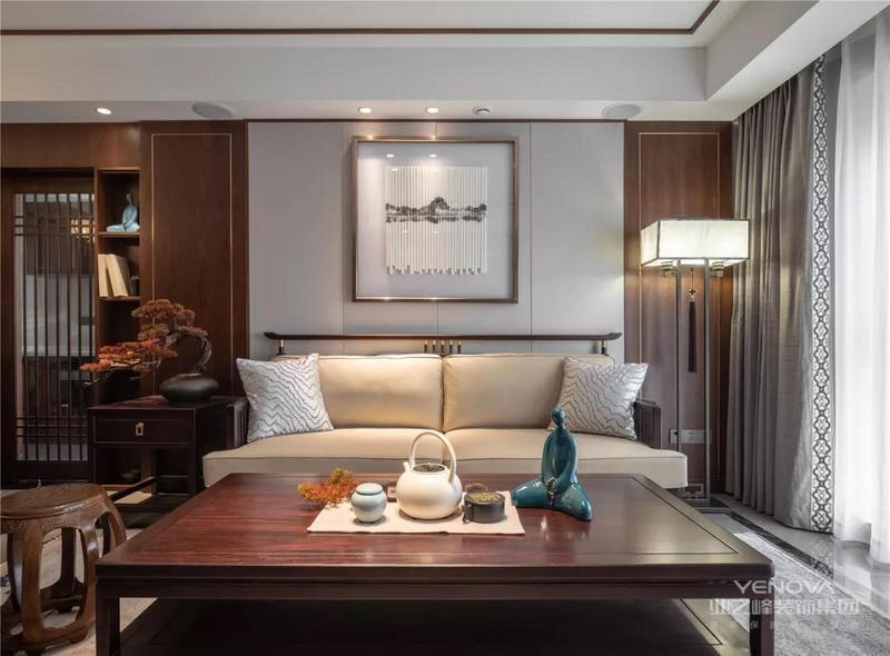 沙发墙是两侧带金属线条的木饰面,中间是舒适的硬包材质,搭配上实木架的布艺坐垫沙发,还有实木茶几与鼓凳,让中式的家具充满了客厅空间。