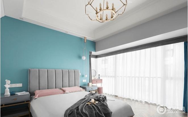 柔和的光线透过白纱洒进室内,与室内清新的色彩相辅相成,明亮又幻彩;超大落地窗带来通透,灰色床头柜造型十分独特,灰色法兰绒彰显古典之美,因为蓝色背景墙、粉色梳妆柜等搭配,更为温馨,而黄铜吊灯搭配球泡悬挂式台灯精致而设计感突出,让原本对称的床头柜也少了枯燥,组合出现代古典的优雅。