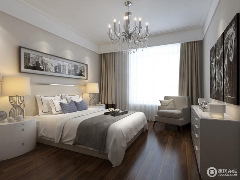 卧室里米白色的墙面与褐色木地板构成空间的色彩层次,而现代半圆床头柜搭配铁艺台灯,对称之中凸显和谐;白色家具组合让空间显得更为干净和宁静,与驼色窗帘、扶手椅渲染温和舒适。