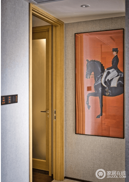 进入卧室的过道墙壁挂画,热烈的亮橙色背景,一位踏马前行的时尚女郎。简约的画面却极具感染力。