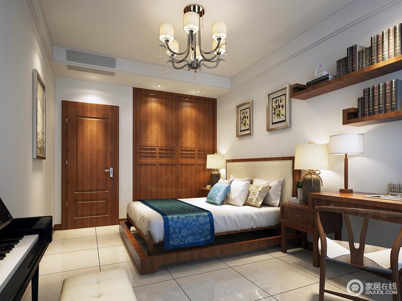 卧室的设计抛弃了传统中式设计的厚重和繁复,以整洁的形式,将新中式衣柜嵌入墙体,可谓自造衣帽间;玄关架将主人的藏书收纳起来,与挂画凝结呈实用之美,一体式书桌兼具床头柜的功能,新颖的形式与中式木椅带你体验文艺之外的惬意,仿旧地台灯对称在实木床两侧,调和出朴质,让中式空间多了份古旧之美。