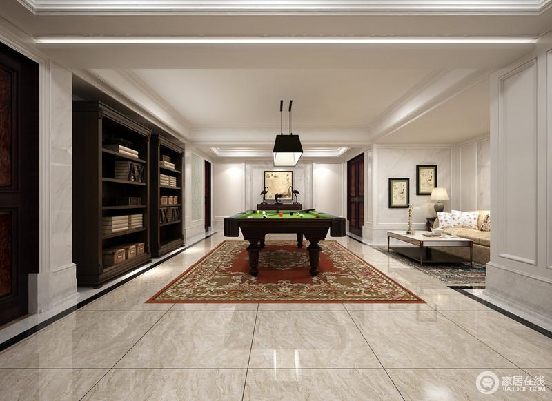 灰白的空间在红色花纹地毯的装点下显得豪华,褐色木书柜嵌入于墙体,增加了空间的整洁度;方正的空间以娱乐设施作为重点开启了新式休闲潮,足不出户也可享受娱乐带来的乐趣。
