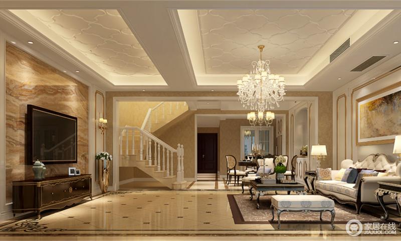 米黄色的拉花地砖搭配着同色调的壁纸墙面,营造出的轻奢华丽感中,带着舒适温馨的情调;金色线条与镶花则雅贵的点缀在墙面、家具上,与天花上的纹饰,精致细腻的诠释客厅空间。