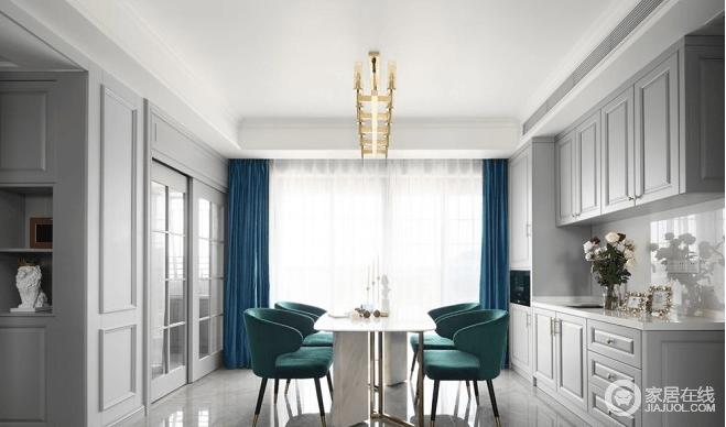 餐厅再少不能少储物设计,所以靠墙打造了整排的橱柜和吊柜,同时设计了上下水,可以用来做西厨;橱柜造型与墙面遥相呼应,让整个餐厅格外的和谐,厨房玻璃墙保证了空间的通透性和明亮度,搭配绿色环状餐椅和蓝色床品,激活了整个空间的雅致。