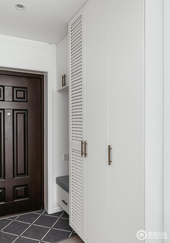 推门而入,一个柔软质地的白色定制柜呈现在眼前,白色的宁静柔韧在功能设计的定义中,也具有了更强的实用性,而定制得坐凳巧妙解决了日常的繁琐,让生活更为舒适贴心。