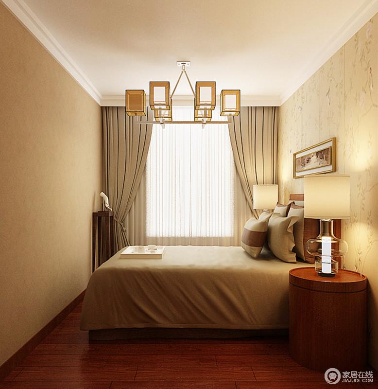 卧室以米色调为主,灰色窗帘并没有影响空间的和谐温暖,而是与床品以素色构建舒适的氛围;圆形床头柜造型简单,与个性地玻璃台灯带着现代艺术,让空间多了精致,也与矩形吊灯呈现方圆之意,而花卉壁纸和博古架让新中式多了温和与底蕴。