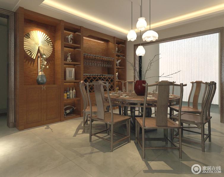 拙朴素简的胡桃木餐桌椅,围合出团圆的朴实和谐,餐桌上深红色的枯枝花瓶,与悬挂的荷花吊灯相映,为空间带入几分自然气息;酒柜与墙面结合,多功能的组合形式,让空间具有的置物功能强劲。