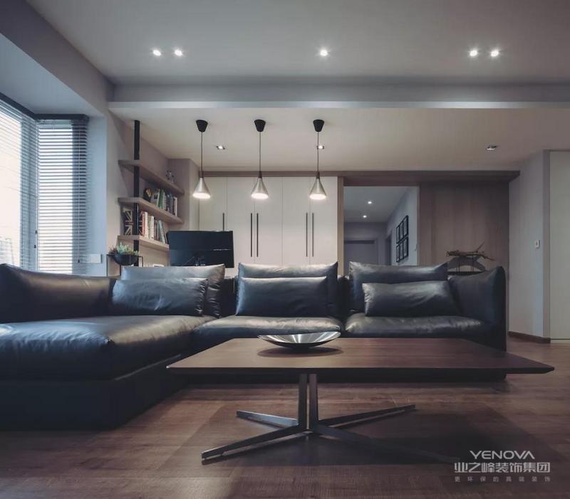 横厅格局的客厅,在沙发后方的是一个办公区,搭配黑色皮沙发,与后方书桌上的吊灯相互托衬,形成一种简约小资的档次感。