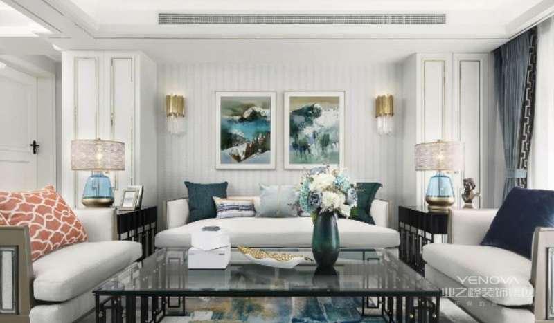 材质上,水晶,镜面,绒面是奢华的代表元素,色系上,采用孔雀蓝映衬着黑白灰并结合家具及配饰进行装点。