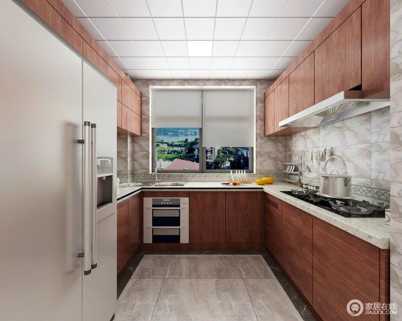 厨房采用U型设计,整体上下橱柜采用主调的红棕木色打造,灰白大理石台面与背景墙材质呼应,繁复的花色制造了趣味情调;家电设备被巧妙的与橱柜结合,空间显得规整且存储功能强劲。