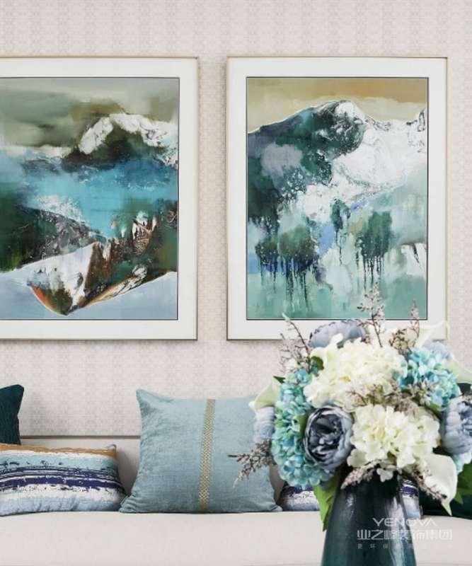 浓郁的色彩,从装饰画延续到抱枕,花瓶,填充与空间,释放它的专属魅力