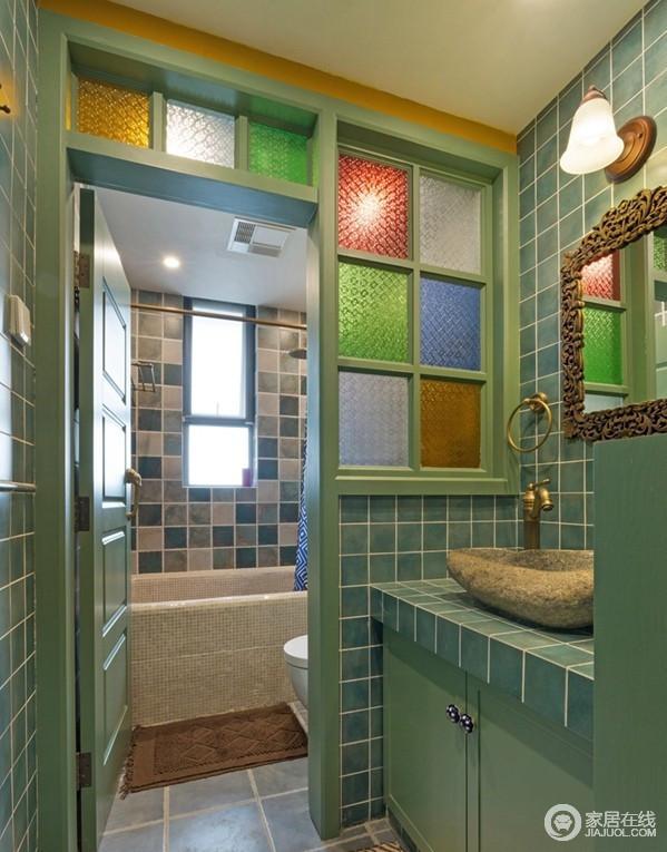 卫生间采取的是分离式进行设计,将干湿分区;绿色调的瓷砖与整体结构十分融洽,彩色玻璃砖添置活力。