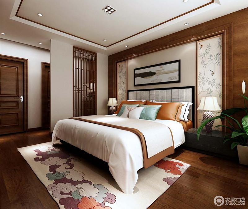 卧室里花窗隔断分隔出休憩区与梳妆台走廊,为空间增添了私密性;床头对称的花鸟壁画和地毯上的祥云,摇曳出自然的趣意生机;床品色调轻和端庄,与典雅的斜纹台灯,裹挟出大气典雅;浓淡分明的空间,有着素缕清旷的温情。