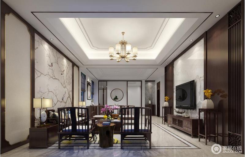 客厅以褐色木框勾边,与白色调的空间构成层次,并强调东方气息;花鸟背景墙的简画,看似素雅,却充满了自然之韵,与新中式实木家具构成生活的朴素。