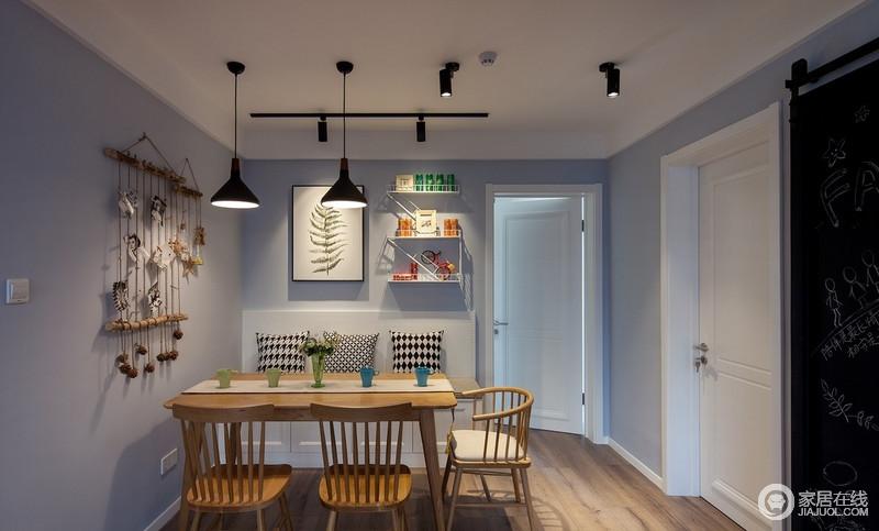 餐厅与客厅风格保持了统一,设计师用普通的木棍、麻绳、松子制作了一款别致的照片墙,还贴心的选用了同色竹夹,裁下来的树皮也没有浪费,做成了可爱的海星,起到装饰作用;卡座设计和原木餐椅让整个生活更为朴实。