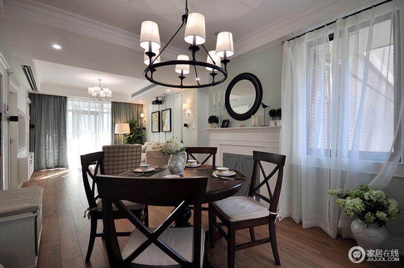 空间的立面被粉刷为浅色,铁艺吊灯表达着回归自然美的主张,与实木家具将质朴的生活基调融于整体设计中;麻制的坐垫系在椅子上增加了舒适的同时也更为自然。