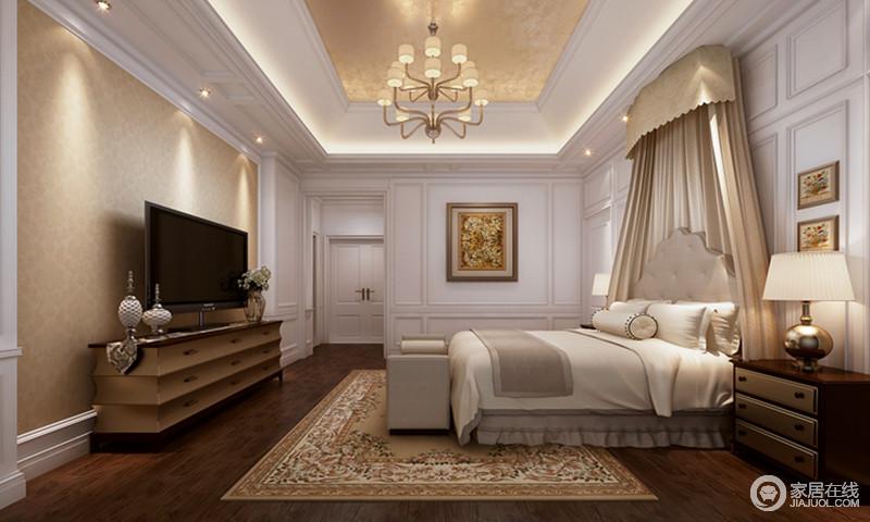 整个空间线条简洁利落,但是设计师利用石膏将古典造型打造得有声有色,以几何成就空间美学;白色调的基础上,金箔吊顶与原木地板赋予空间轻奢和朴质,搭配现代古典家具、金属台灯和挂画装饰出精致,而艺术画与床幔等软装,更是渲染出温馨。