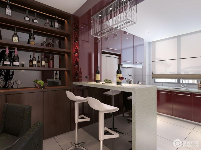 开放式的厨房通过简洁的吧台将餐厅分在另一侧,白色吧凳十分时髦,与玻璃酒托及射灯构成晶莹感;褐色酒柜与红色橱柜搭配出了沉稳和热烈,组成不乏多变的生活节奏,更填生活的热情。