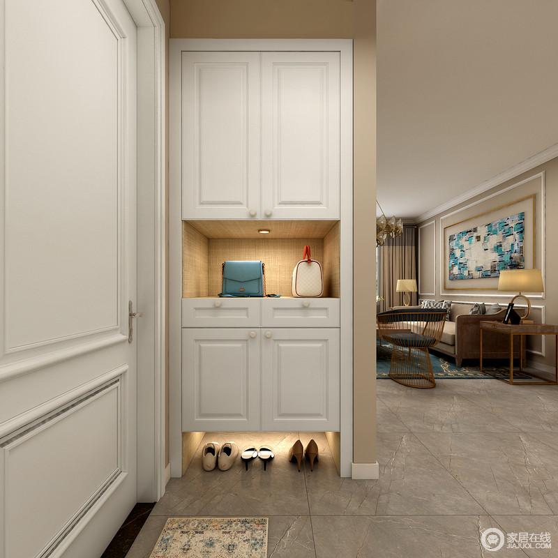 门厅的空间并不大,但是设计师将白色鞋柜嵌于墙面,不影响空间的基础上,满足储物和收纳。