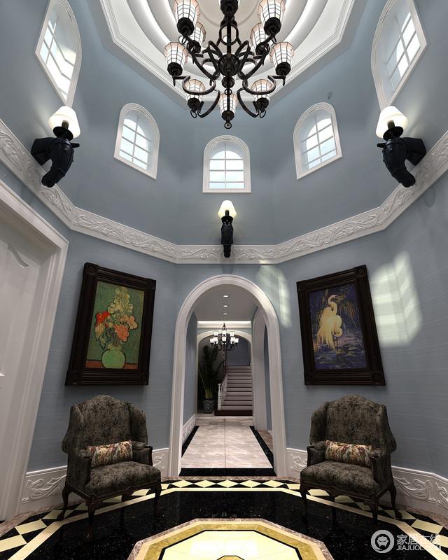 圆拱形的空间好似一个展厅,自然风景画与动物写实之作将绘画之笔延伸至空间,甚至那肃穆而立的单人扶手椅都化身为一件古家具守候着经典。
