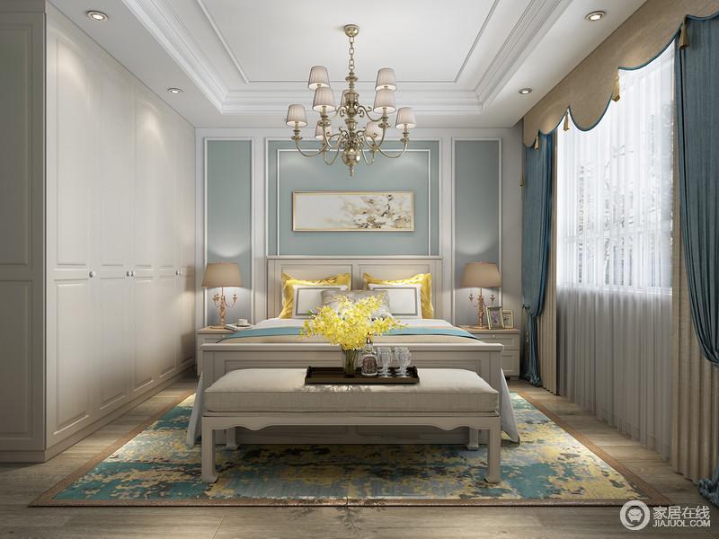 白色造型顶搭配金色花式吊灯,深色的木纹的地板搭配米色壁纸,床头的茶色软包墙饰,两边的黄色台灯,更显温馨,再配上略带地中海风格的蓝色落地窗帘。
