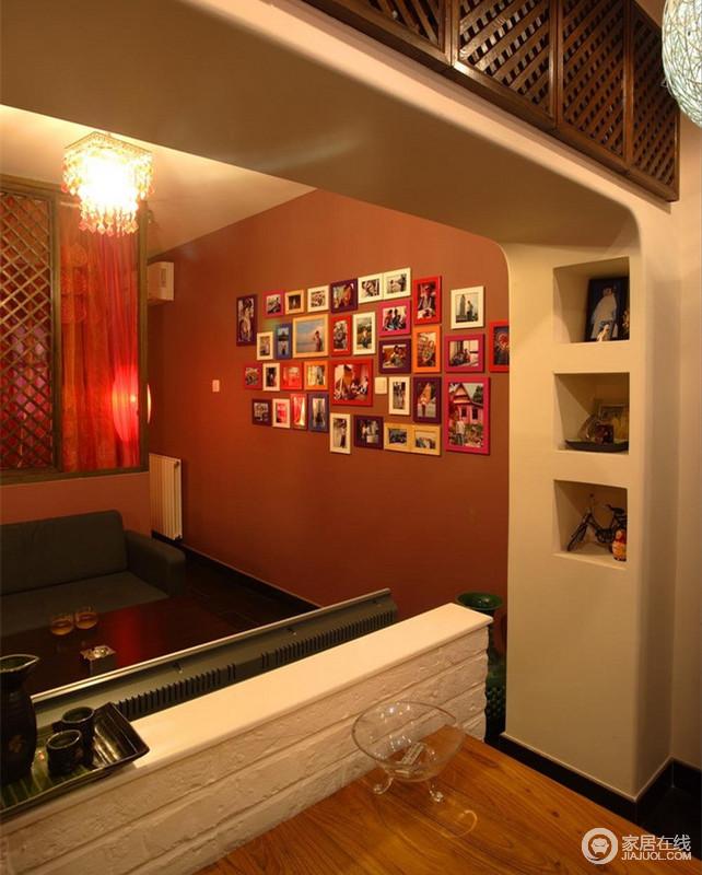 小户型的空间是珍贵的,那么利用空间就有了一个特点——精确,设计师利用墙体结构的格子应运而生出储物展示空间,与照片墙形成艺术。