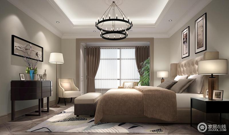 卧室线条简单,以驼色漆粉刷空间,营造了朴素沉静,搭配灰色原木地板,构成空间的现代安静;白色吊顶的内嵌式吊灯搭配现代美式烛台铁艺灯,无疑,表达着方圆之美;黑色系家具以简洁、流畅地线条和温实的材质,打造出考究得体,在驼色系布艺、浅色树叶地毯的点缀出,打造出幽静和温馨。