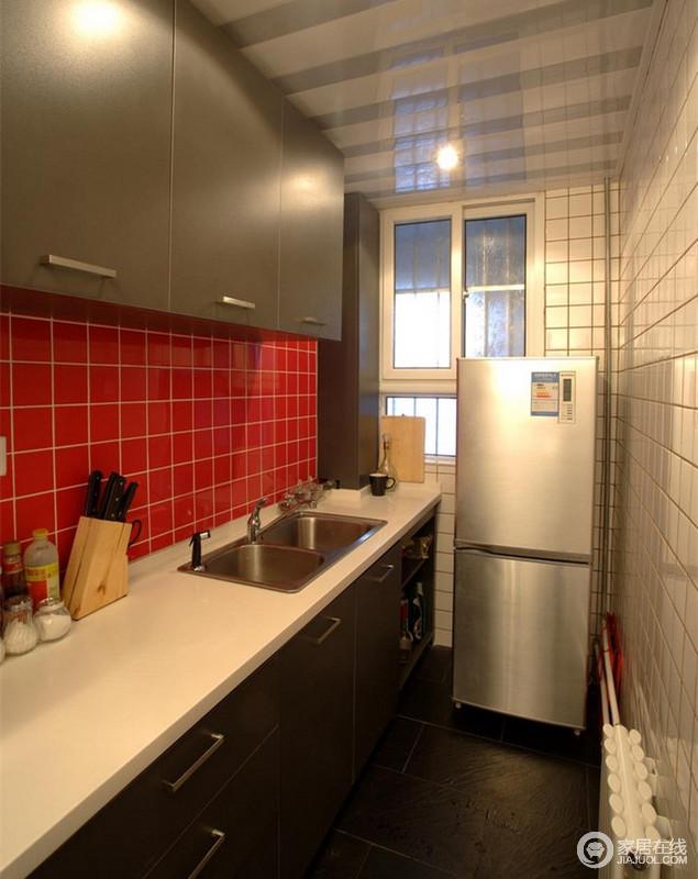 厨房利用红与白的砖石点缀出空间的时尚色彩,黑色橱柜画龙点睛,细致入微地与其融为一体。
