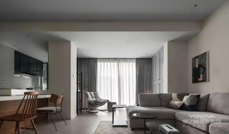 客厅的布局打破了常规的格局,因为小两口平时很少开电视,所以将电视区设在侧面过道。